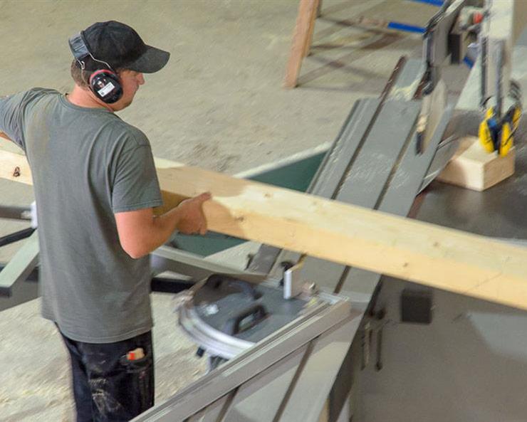 Bearbeitung von Holzbalken bei der Zimmerei Roider bei Landshut