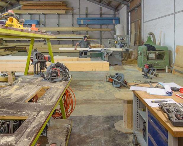 Herschneiden von Holzbretter bei der Zimmerei Roider in Gündlkofen